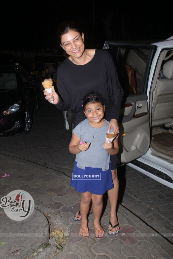 Sushmita Sen and Her cute lil Daughter Snapped having Ice Cream