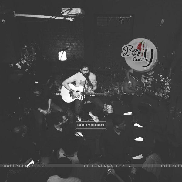 Farhan Akhtar at his impromptu gig at Todi Mill Social Offline, Mumbai