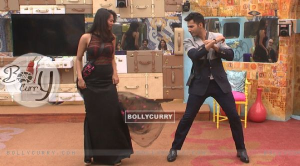 Varun Dhawan Shakes a Leg with Rochelle Rao in Bigg Boss 9 House durng Promotions of 'Dilwale' (386186)