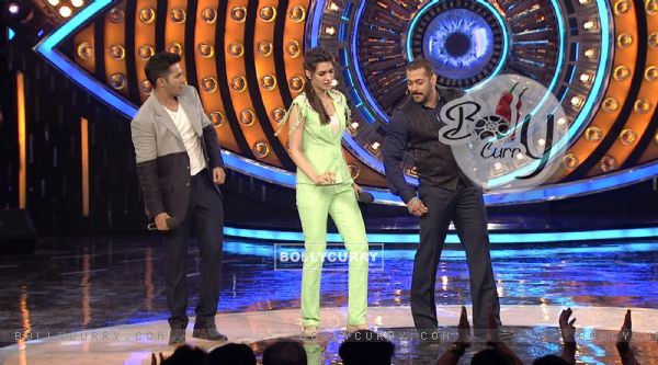 Varun Dhawan and Kriti Sanon on Bigg Boss 9 for Promotions of 'Dilwale' (386189)