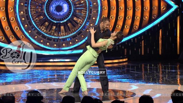 Kriti Sanon and Salman Khan Shakes a Leg on Bigg Boss 9 (386191)