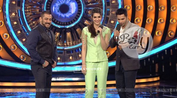 Varun Dhawna and Kriti Sanon Promotes 'Dilwale' on Bigg Boss 9 (386192)
