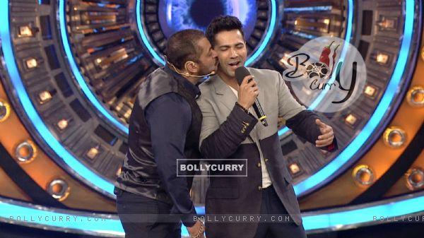 Salman Khan Kisses Varun Dhawan on Bigg Boss 9 (386193)