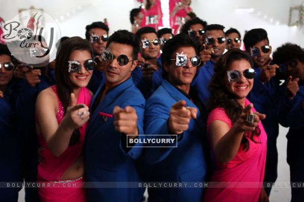 Varun Dhawan, Kriti Sanon, Shah Rukh and Kajol in Tukur Tukur Song of Dilwale