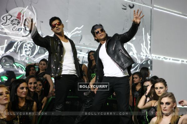 Varun Dhawan and Shah Rukh in Tukur Tukur Song of Dilwale (387996)
