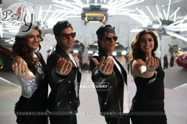 Kriti Sanon, Kajol, Varun Dhawan and Shah Rukh in Tukur Tukur Song of Dilwale