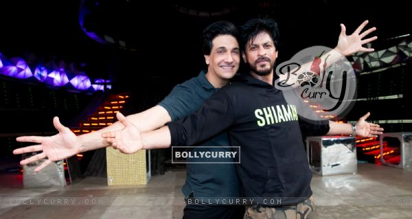 Shah Rukh Khan Teaches Shiamak his Signature Dance Move!