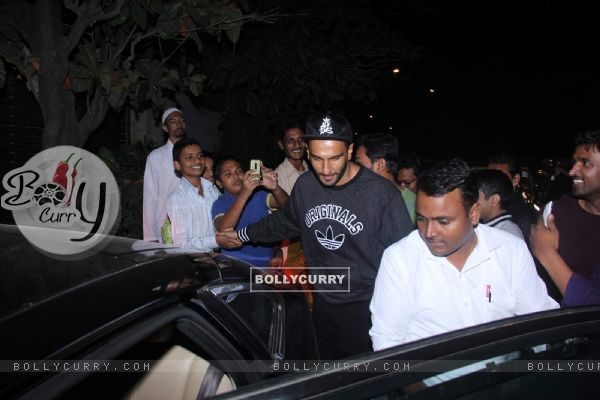 Ranveer Singh Snapped Clicks pictures with his Fans post leaving Farhan Akhtar's House