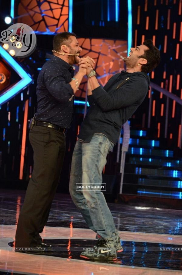 Manish Paul and Salman Khan Promotes 'Tere Bin Laden : Dead or Alive' on the sets of Bigg Boss 9