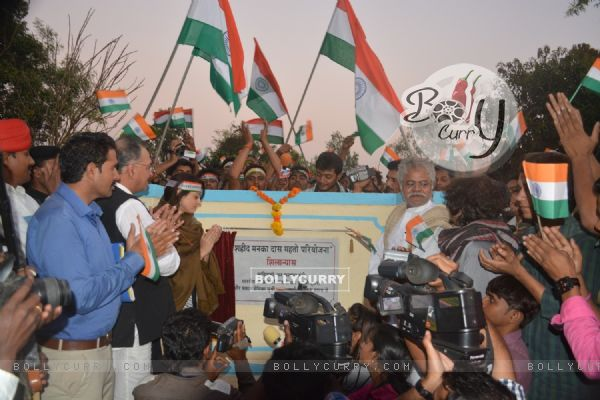 Sanjay Mishra and Sandeepa Dhar teaches kids the importance of our flag on the sets of Global Baba