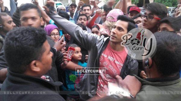 Varun Dhawan gets mobbed in Abu Dabi (394454)