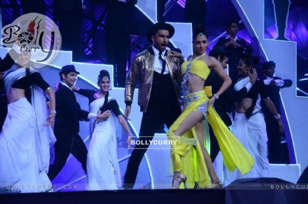 Ranveer Singh Performs at Filmfare
