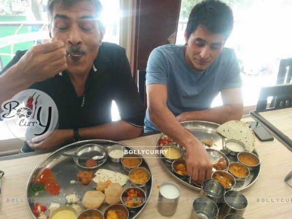 Prakash Jha & Manav Kaul almost missed their flight indulging in delicious Gujarat food!