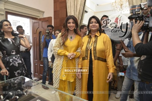 Shilpa Shetty pose at Launch of New Dia Gold Store