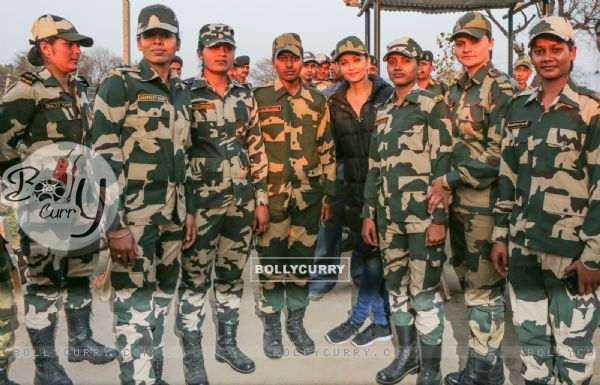 Aishwarya Rai Bachchan Spend Time with BSF 'Jawans' While Shooting for Sarabjit (397462)