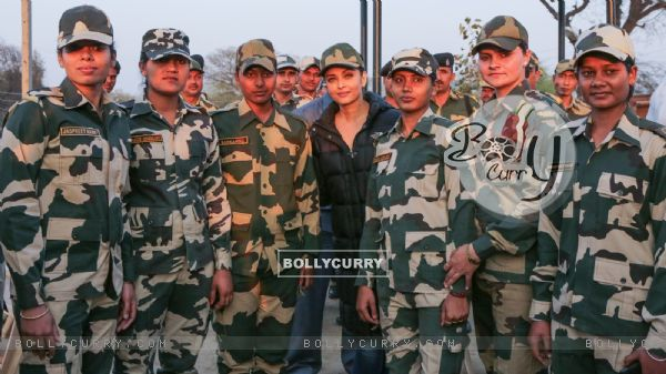 Aishwarya Rai Bachchan Spend Time with BSF 'Jawans' While Shooting for Sarabjit (397463)