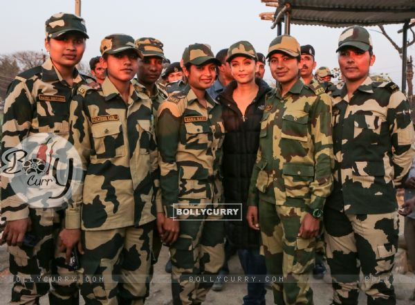 Aishwarya Rai Bachchan Spend Time with BSF While Shooting for Sarabjit (397464)