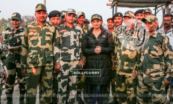 Aishwarya Rai Bachchan Spend Time with BSF 'Jawans' While Shooting for Sarabjit (397465)
