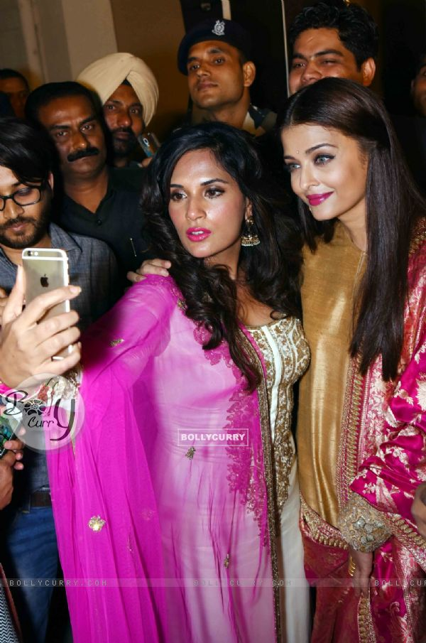 Richa and Aishwarya Takes a Selfie at Poster Launch of 'Sarabjit' (398060)