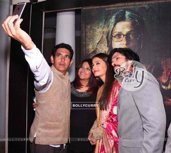 Omung Kumar, Darshan Kumar and Aishwarya Takes Selfie at Poster Launch of 'Sarabjit' (398062)