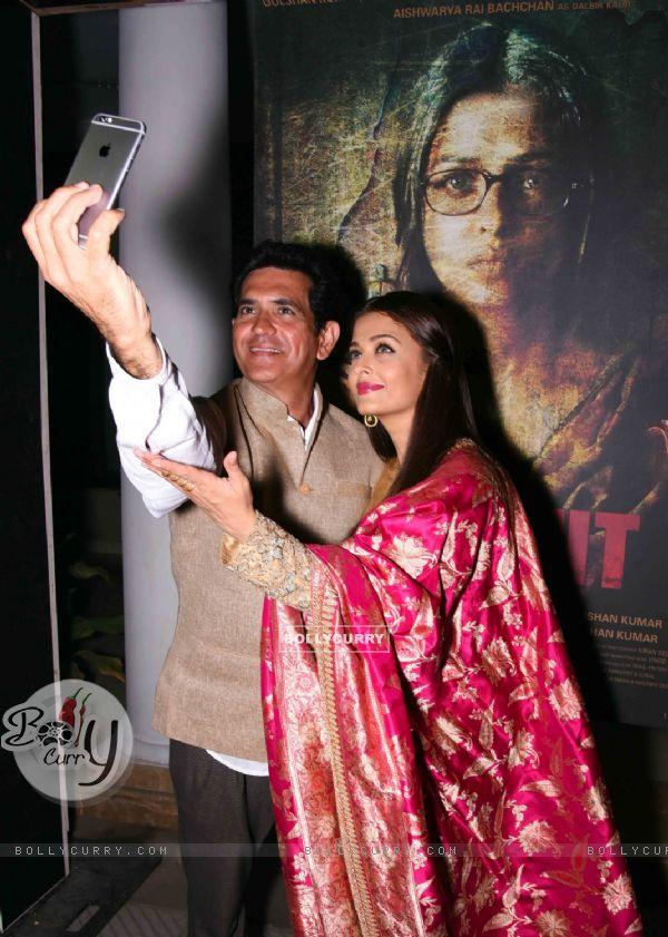 Omung Kumar and Aishwarya Takes Selfie at Poster Launch of 'Sarabjit' (398063)