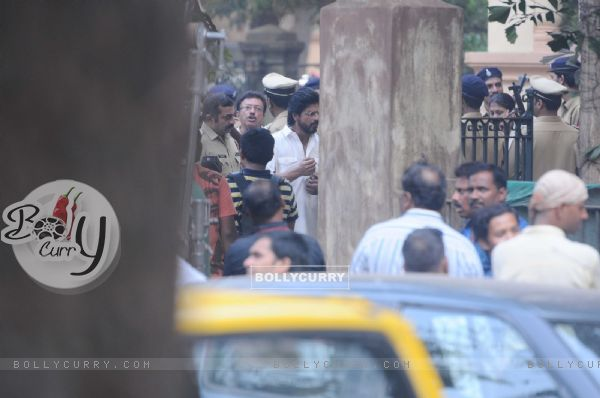 Shah Rukh Khan snapped shooting for Raees at Parsi Gymkhana at Dadar (398162)