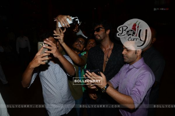 Arjun Kapoor clicks a selfie with Fans at Airport