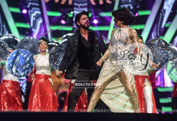 Shah Rukh Khan Performs at TOIFA Awards