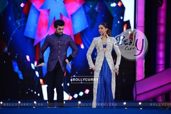 Deepika Padukone and Manish Paul at Umang 2016