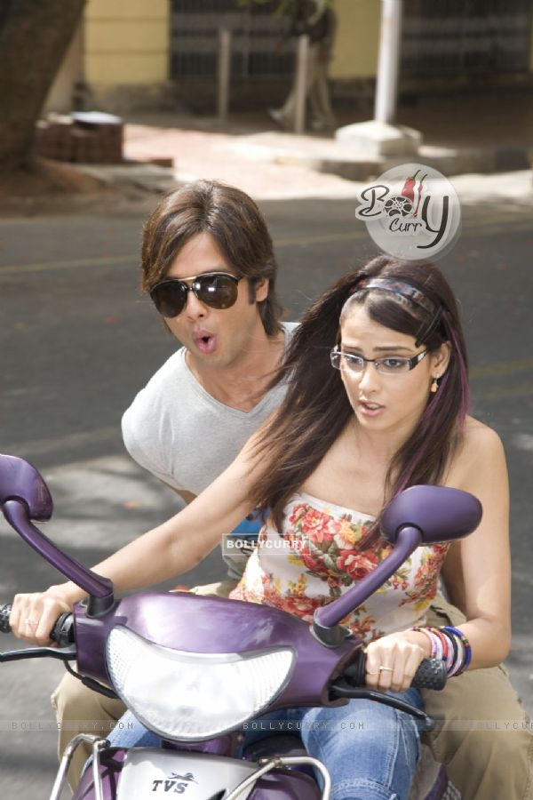 Shahid Kapoor and Genelia Dsouza sitting on a scooty