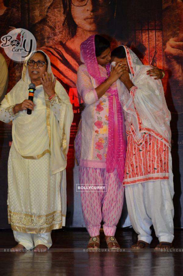 Sarabjit's sister Dalbir Kaur and Sukhpreet Kaur on Sarabjit's Death Anniversary (405181)
