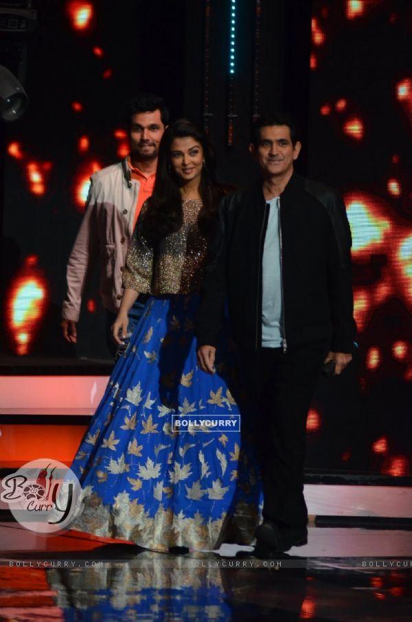 Omung Kumar, Randeep Hooda and Aishwarya Rai Bachchan promote Sarbjit on Show 'Sa Re Ga Ma Pa 2016'