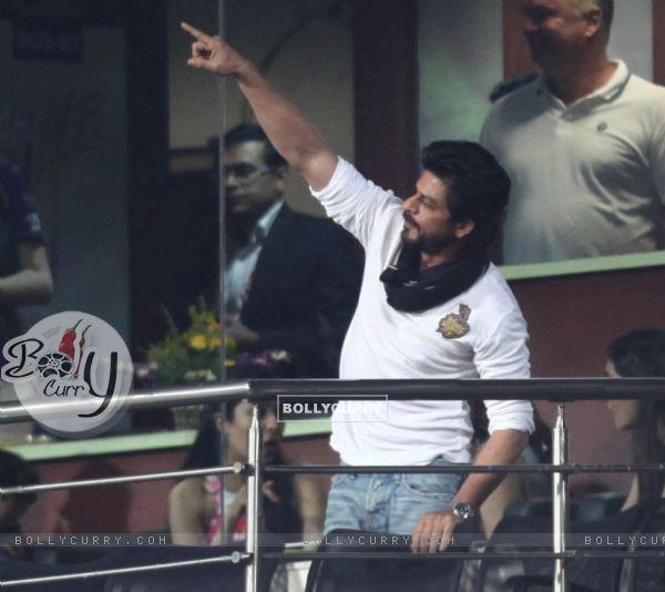 Shah Rukh Khan Snapped at Eden Gardens ib