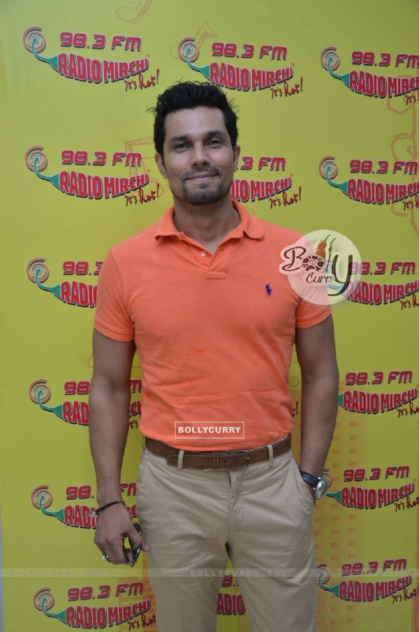 Randeep Hooda Promotes Sarabjit at Radio Mirchi Studio