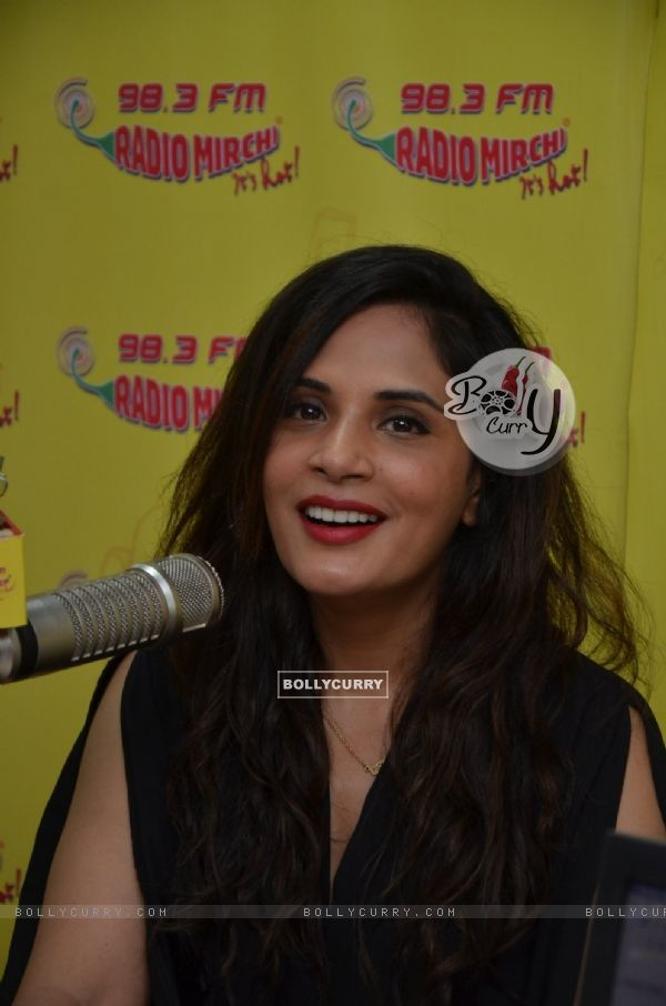 Richa Chadda goes live on Radio Mirchi for Promotions of 'Sarbjit' (406942)