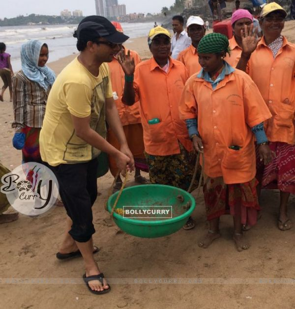Deepak Dobriyal helps cleaning beaches!