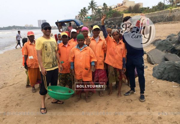 Deepak Dobriyal helps cleaning beaches!