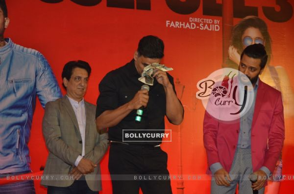 Akshay Kumar cries (acts) when media asked him why never got awards? - at Housefull 3 Success Meet!