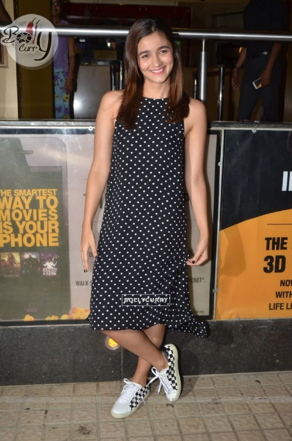 Alia Bhatt Vists PVR Theatre to Watch Audience's Reaction for Udta Punjab (409378)
