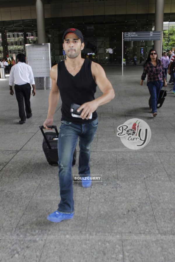 Pulkit Samrat miffed by Photographers at Airport