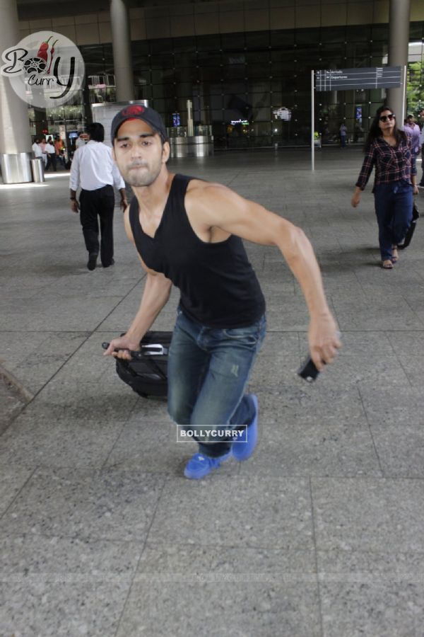 Pulkit Samrat gets angry on photographers at Airport