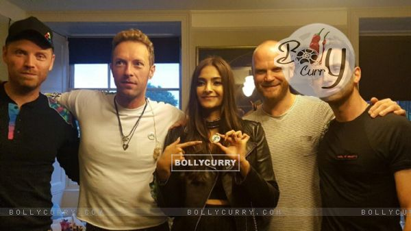 Sonam Kapoor with Chris Martin, Guy Berryman, Jonny Buckland, Will Champion
