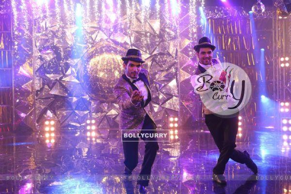 Arjun Bijlani and Shakti Arora performing at Jhalak Dikhlaa Jaa Season 9