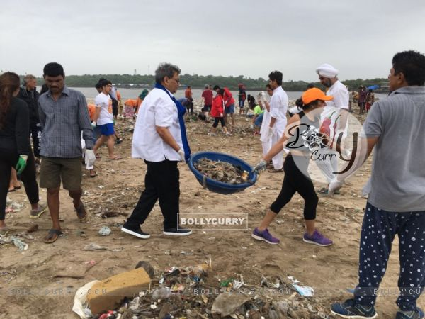 Subhash Ghai Helps clean Versova Beach