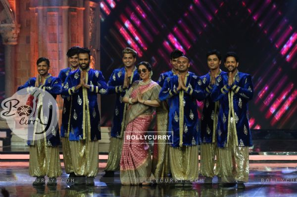 Kirron Kher performing at India's Got Talent 7