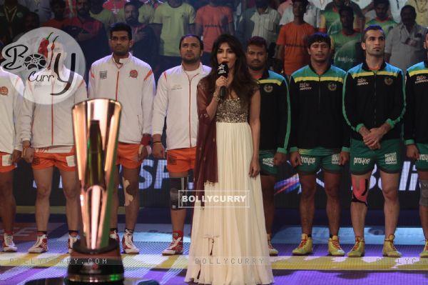 Chitrangda Singh Sings National Anthem at 'Pro Kabaddi'