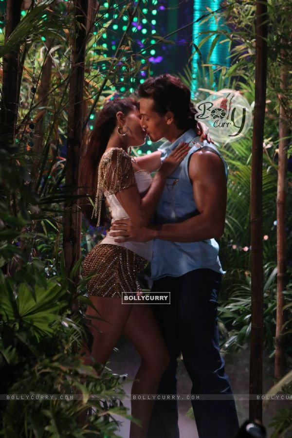 Tiger Shroff and Jacquiline kiss for a song
