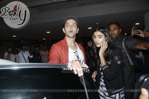 Pooja Hegde and Hrithik Roshan spotted at Airport!