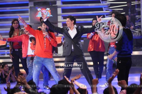 King Khan shaking a leg with the contestants of Music ka Mahamuqqabala