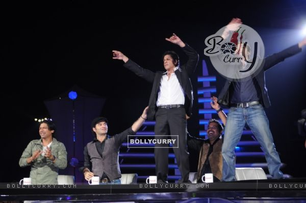 Sharukh Khan & Mika dancing on the table at Music ka Maha Muqqabla